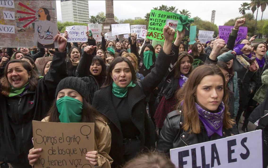Feministas lucran con feminicidios: cobran 3 mil pesos a familia de víctimas por supuesta ayuda
