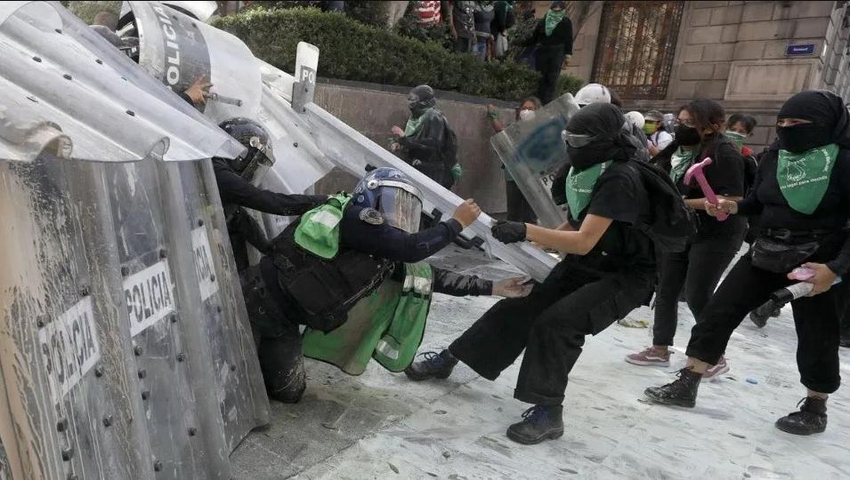 11 policías heridas, destrozos y bombas molotov en marcha feminista por aborto legal en CDMX