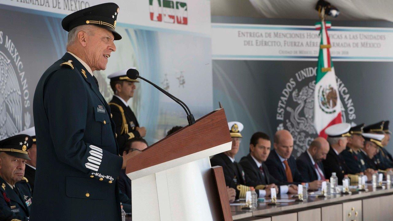 Tras ser acusado por narcotráfico, permanecerá Cienfuegos bajo custodia en EU hasta la audiencia del martes
