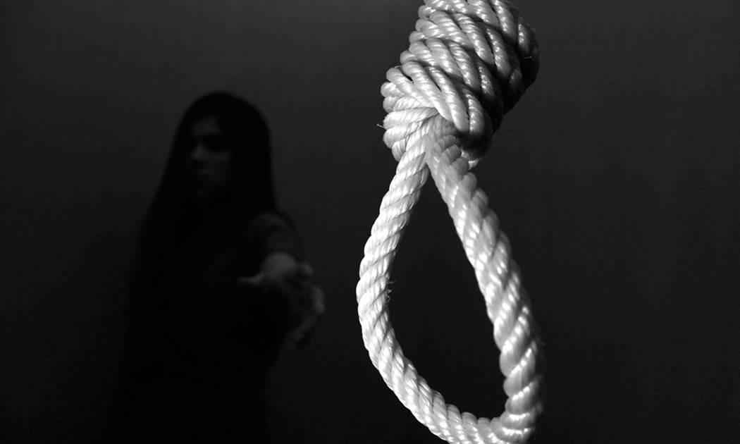 Policiaca: Tras ser castigada sin celular, niña de 13 años se suicida; su madre la encontró colgada