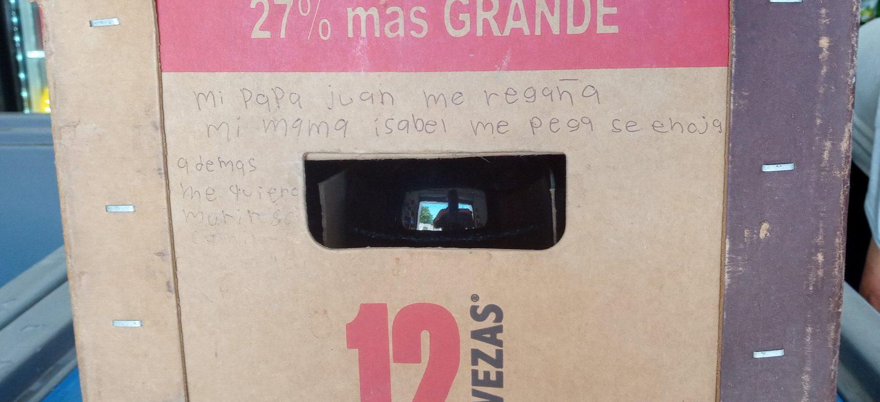 Me quiero morir; niña de Coahuila pide ayuda en un cartón de cerveza