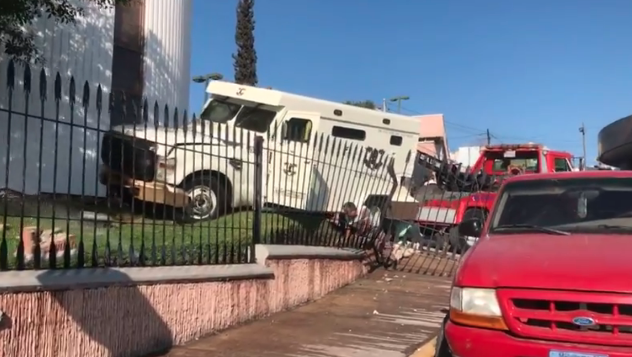 Policiaca: Vehículo se impacta contra barda del Museo Harold R. Pape; no hay lesionados