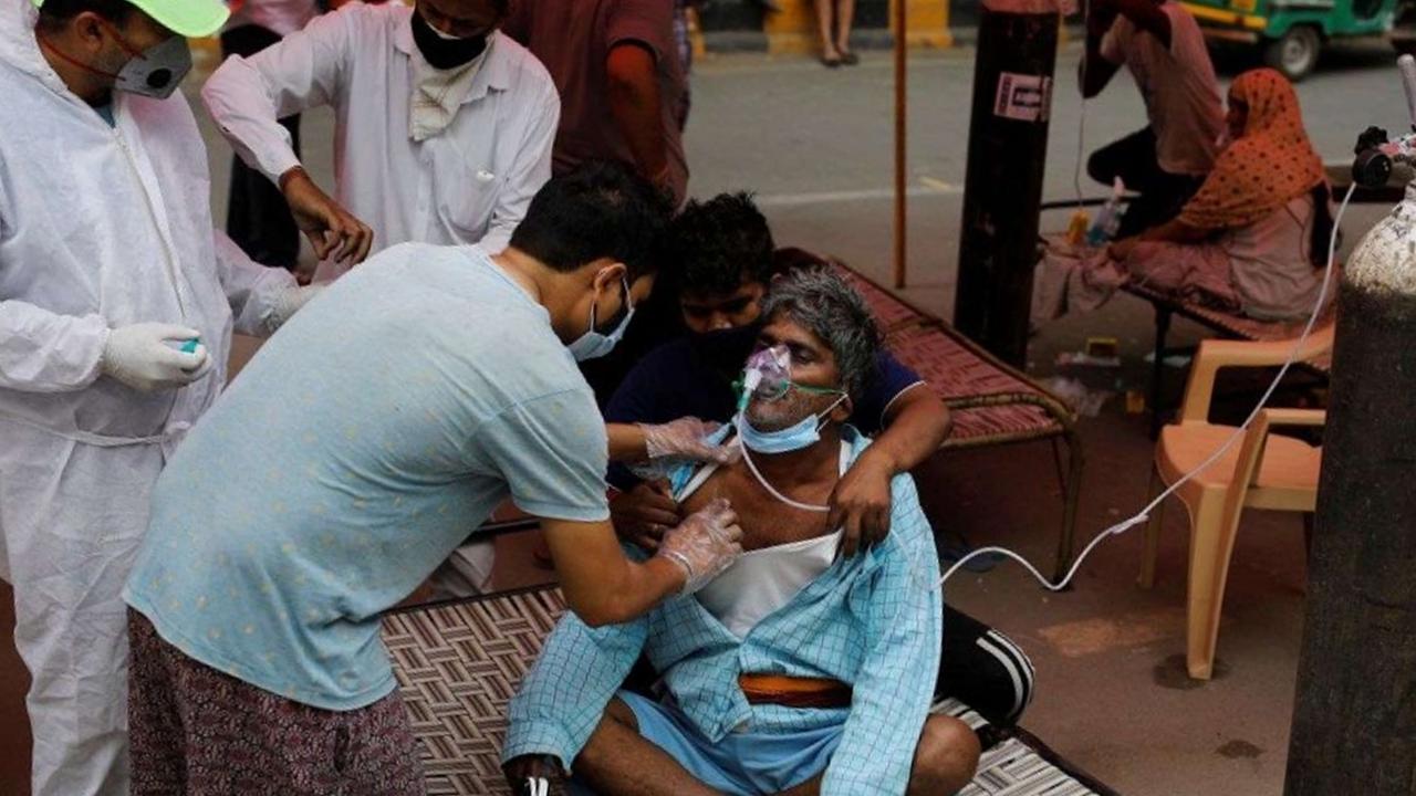 Estudiantes de medicina salen a las calles de India para atender a los infectados con covid-19