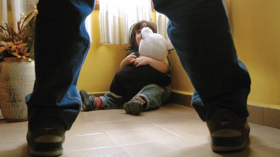 Niñita de 3 años fue abusada en 12 ocasiones por su propio padre; autoridades lo dejan libren