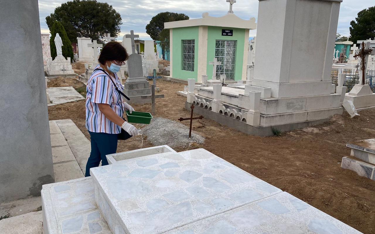 Salud de San Buenaventura limpia y abatiza panteón para prevenir dengue