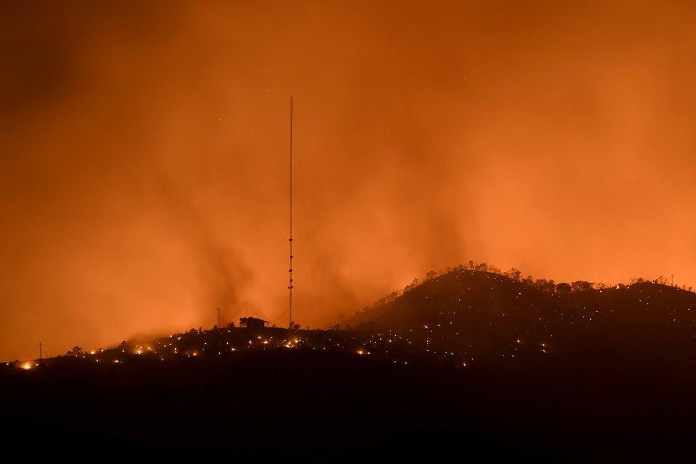 Mantienen trabajos de liquidación y vigilancia de incendio en Carneros, Saltillo