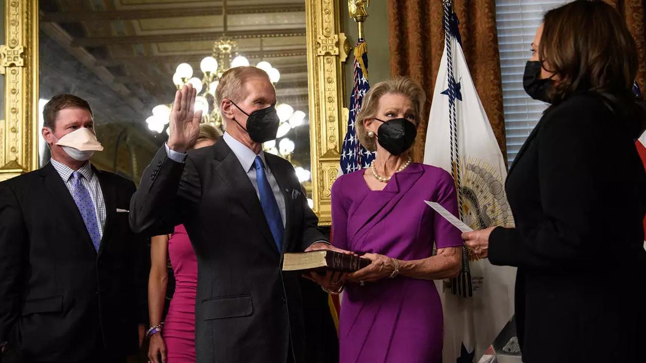 Bill Nelson rinde juramento como el nuevo jefe de la NASA