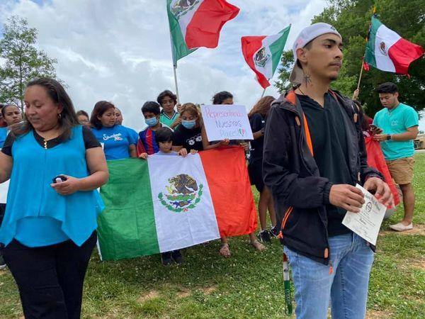 Entregan diploma a Ever Martínez, joven que portó bandera de México durante su graduación en EU