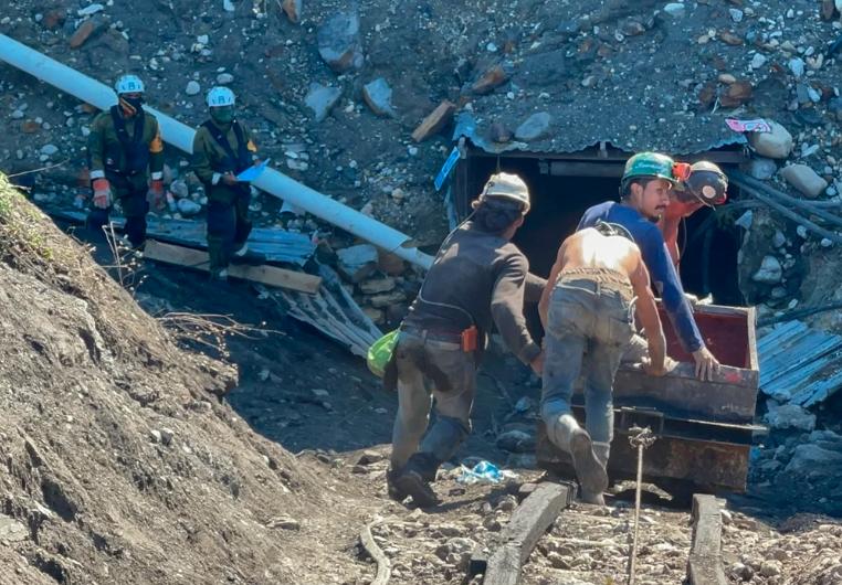 Sin equipo de protección y a cientos de metros bajo tierra; exponen malas condiciones de minas en Múzquiz