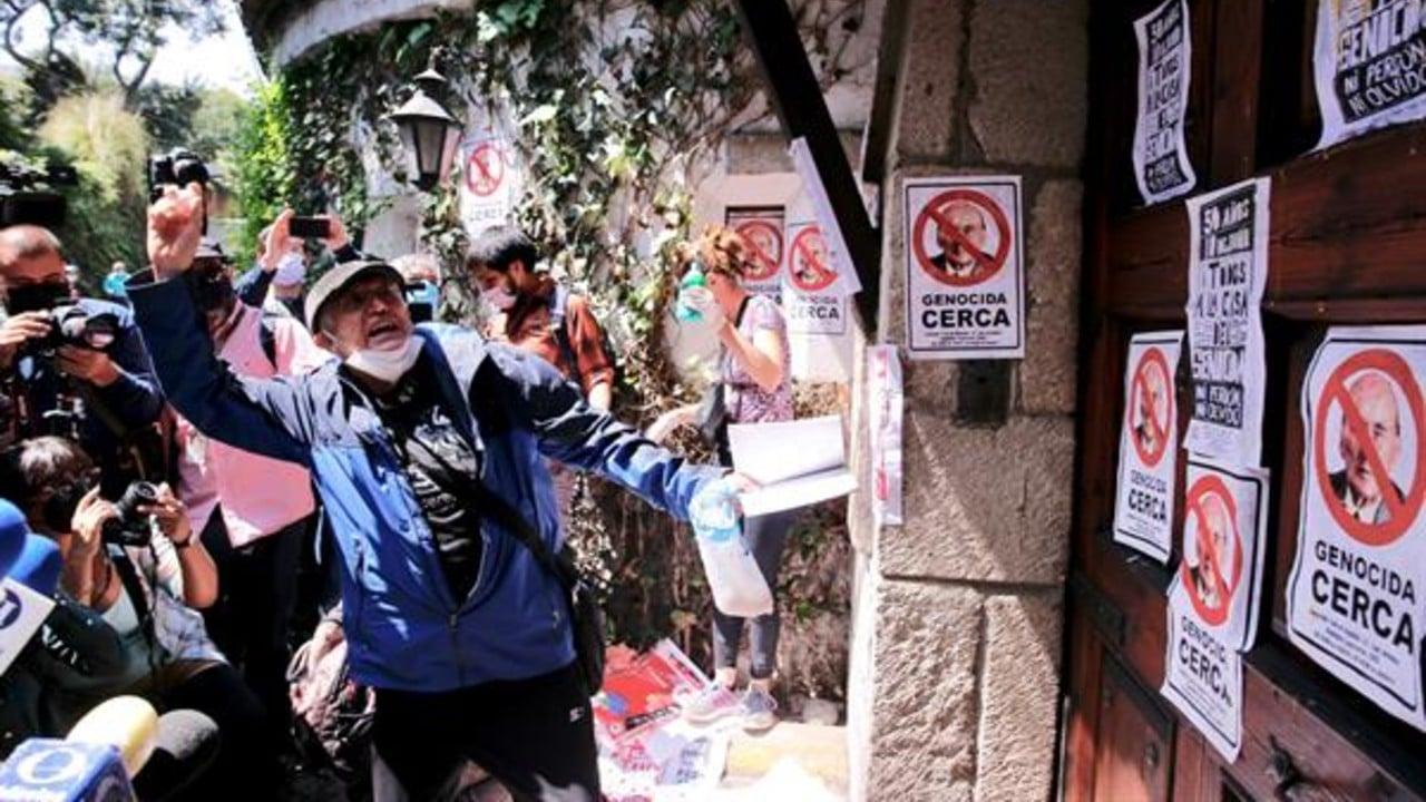 Manifestantes se reúnen frente a la casa de Luis Echeverría a 50 años del 'Halconazo'