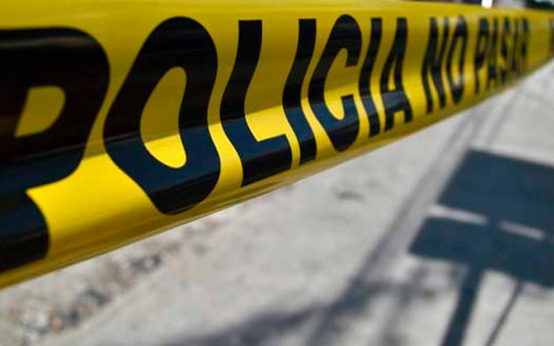 Policiaca: Tiran en la calle a persona encobijada; le dejaron clavado un narcomensaje