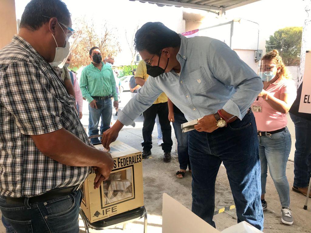 Acude Roberto piña a emitir su voto en Frontera
