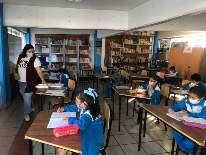 Más de un millón de estudiantes y 260 mil docentes de tres niveles educativos volvieron a las aulas