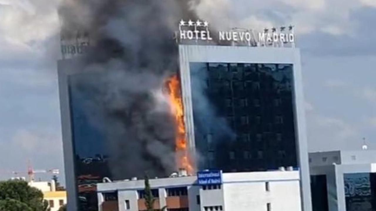 Incendio consume el exterior de un edificio de más de 40 pisos en Madrid