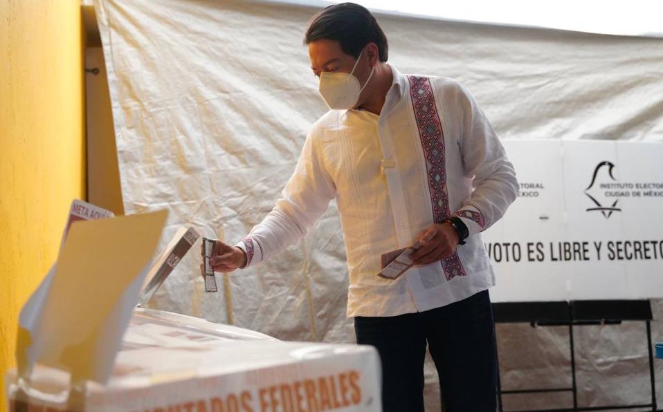Vamos bien, estamos teniendo jornada de paz: Mario Delgado acude a votar
