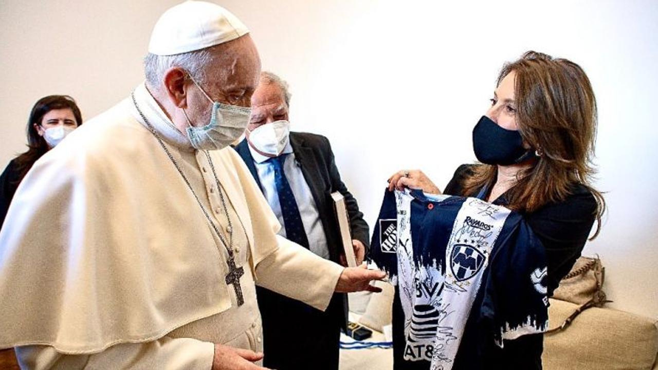 De un aficionado a otro; Papa recibe playera autografiada por jugadores de Monterrey
