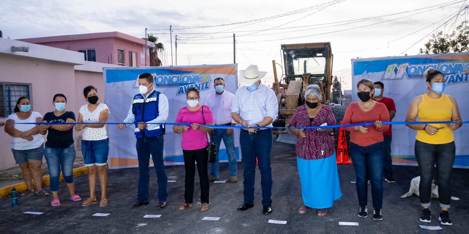 Entrega Alfredo Paredes obra de pavimentación en la colonia Chinameca