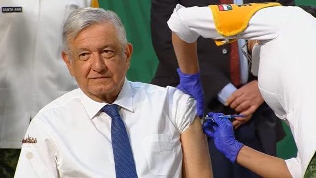 AMLO llama de nueva cuenta a la población a vacunarse contra el COVID: 'Es la mejor manera de protegernos'