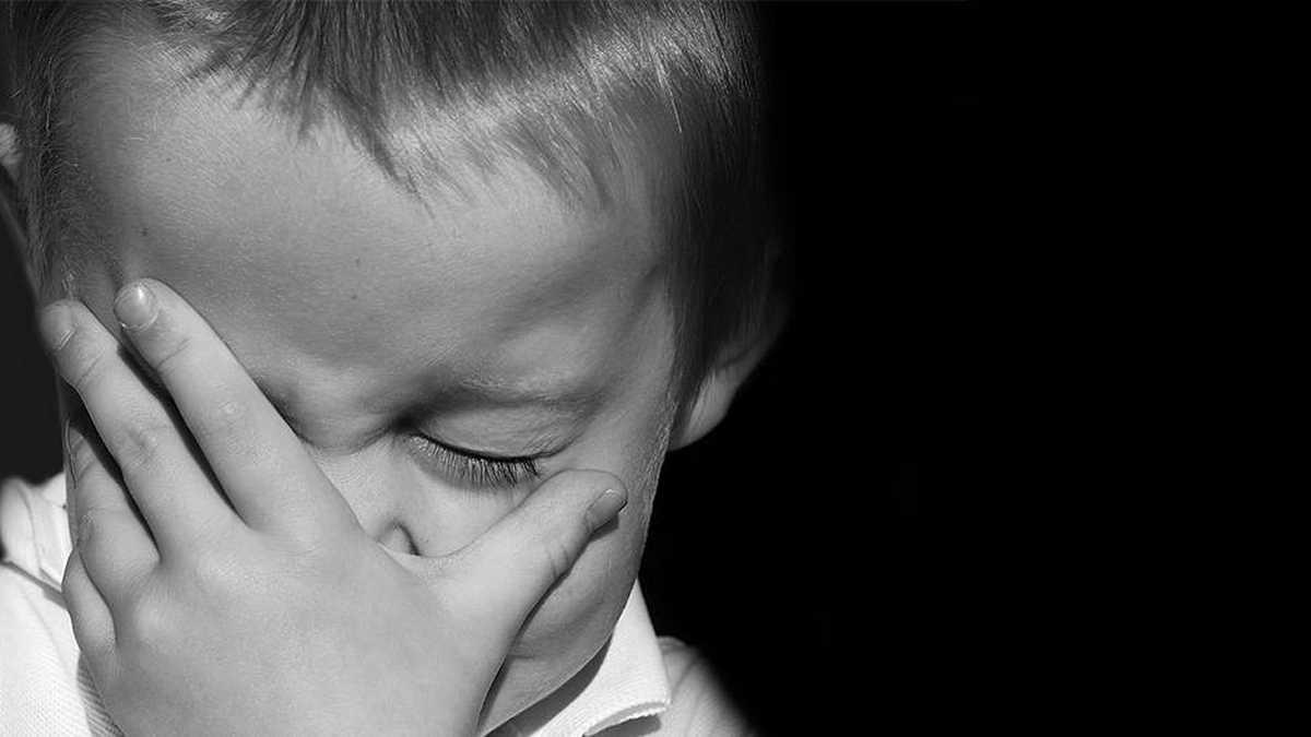Sino quiero, me pegan: niñito de 3 años fue violado por meses; su mamá lo vendió a un hombre