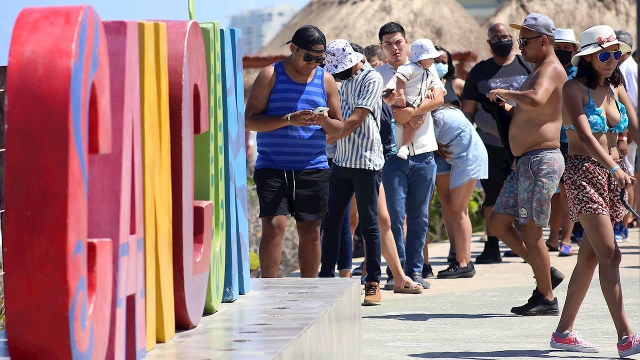 Estudiantes se contagian de COVID en viajes de graduación a Cancún