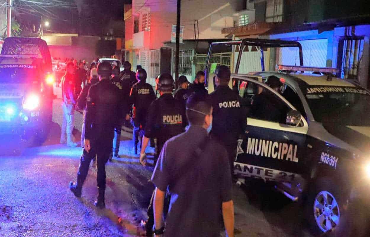 Jóvenes atentan contra vida de policías: Les lanzaron ladrillos durante fiesta Covid