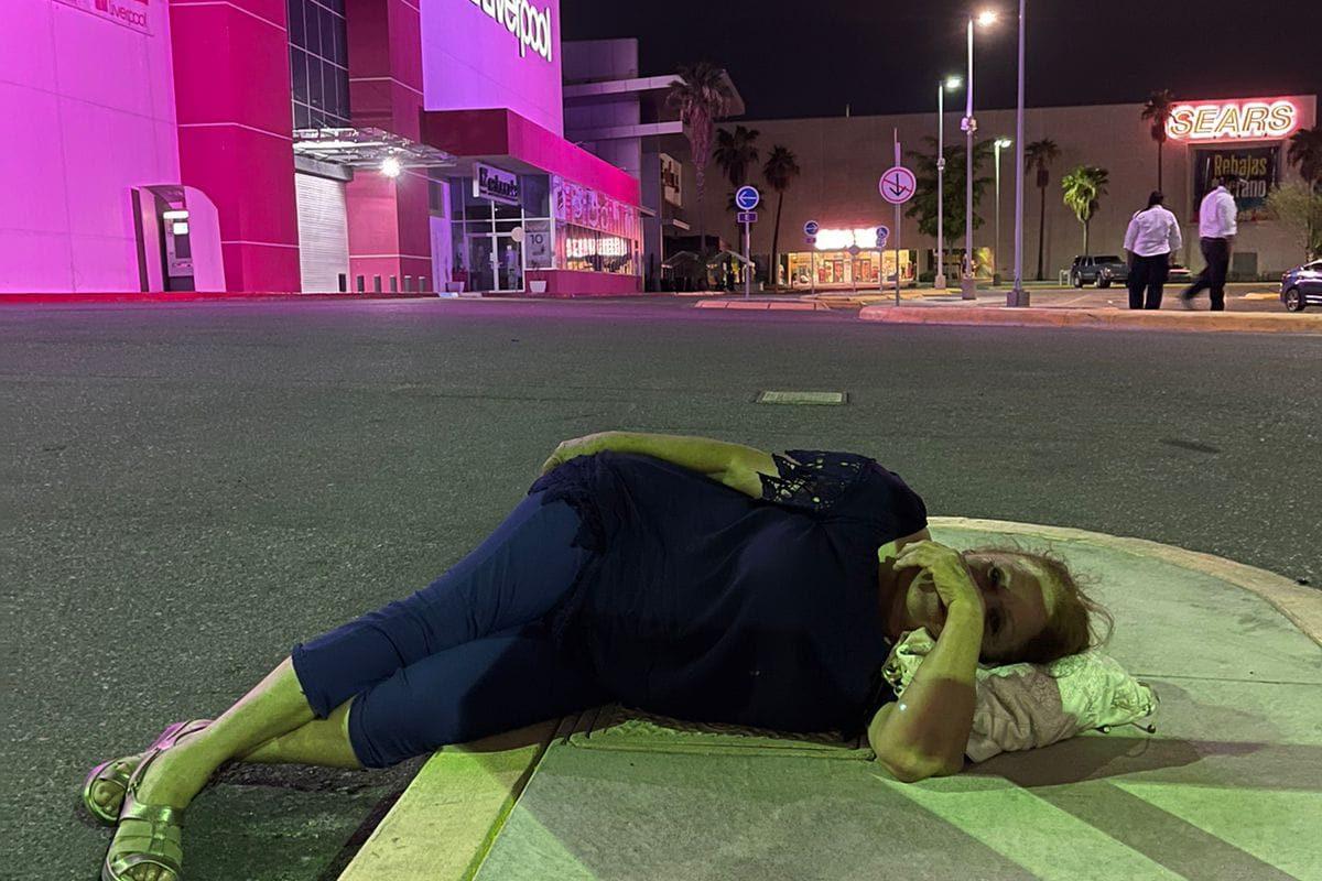 Es un abuso pagar 200 pesos: Mujer durmió fuera del mall tras perder boleto del estacionamiento