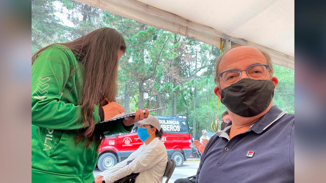 Agradezco el trato; Calderón recibe segunda vacuna antiCovid, pero sigue enojado