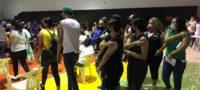 Deciden jóvenes acampar y pernoctar para esperar la vacuna antiCOVID en Monclova