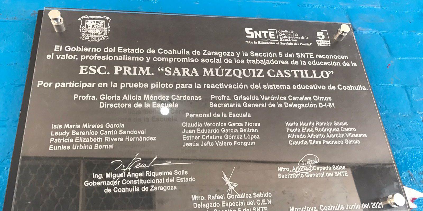 Develan placa conmemorativa al trabajo del regreso a clases como escuela piloto en la Primaria Federal Profra Sara Muzquiz Castillo de Monclova