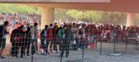 Miles de migrantes acampan bajo un puente en la frontera de EU y México